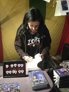 Anna signerar